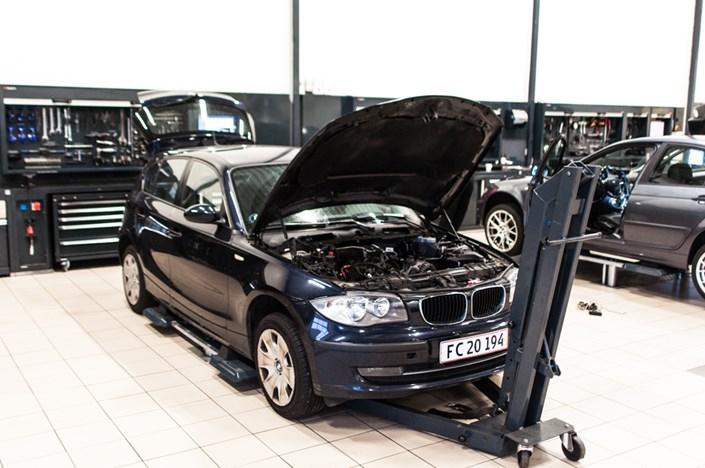 118D Foerbillede Inden Afmontering Af Motor BMW Specialist Vaerksted Odense Schmiedmann 1 Of 1